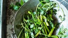 Grüne Spargel, Wildkräuter und junges Blattgemüse gart man herzlich unkompliziert, man brät sie in der Pfanne bei großer Hitze