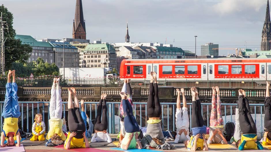 Yoga auf der Kennedy-Brücke