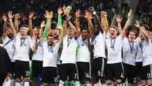 Fifa-Ranking:: Die deutsche Mannschaft jubelt mit dem Pokal