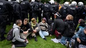 Polizisten räumen in Hamburg ein G20-Protestcamp in einem Park im Stadtteil Altona