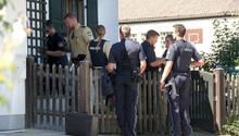 Polizisten sichern die Einsatzstelle in Vogtareuth im Landkreis Rosenheim