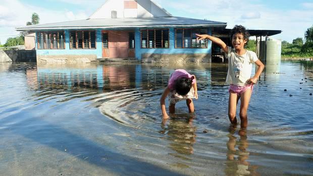 Heftige Wirbelstürme, große Dürre, bedrohlicher Trinkwassermangel: Das Leben auf Tuvalu ist für die ca. 10.000 Insulaner zu einem dauerhaften Existenzkampf geworden.