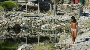 """Die """"Borrow Pits"""" in Tuvalu sind riesige Gruben, die mit Müll gefüllt sind, eine Hinterlassenschaft der US-Armee nach dem Zweiten Weltkrieg. Bei Flut laufen sie sofort voll."""