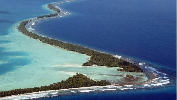 Wenn die jährliche Springflut einsetzt, stehen Teile der Insel tagelang unter Wasser. Durch das Ansteigen des Meeresspiegels haben sich alle Umweltprobleme, mit denen der Atollstaat Tuvalu seit Jahrzehnten zu kämpfen hat, drastisch verschlimmert.