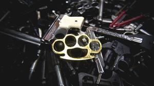 Diverse Waffen und ein goldener Schlagring im Bayerischen Landeskriminalamt
