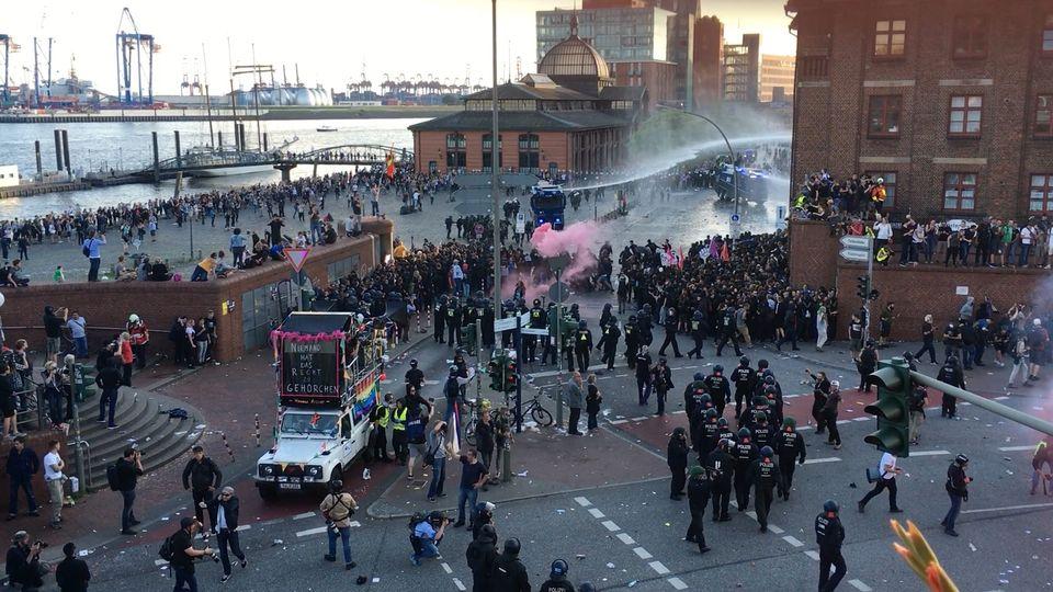 """""""Welcome to hell"""": Vermummte Beamte bei Anti-G20-Demo im Schwarzen Block? Das sagt die Polizei"""