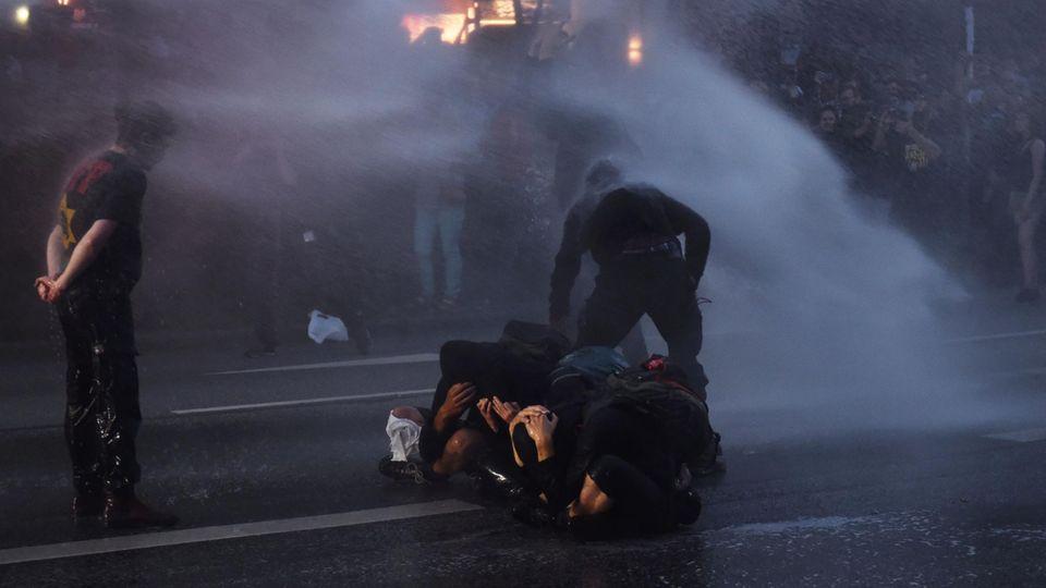 G20-Gipfel in Hamburg: Wasserwerfer, Barrikaden, brennende Autos - die Ereignisse des Abends zum Nachlesen