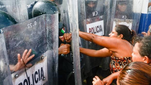 In einem Gefängnis in Acapulco starben 28 Menschen. Ihre Familien legten sich außerhalb der Haftanstalt mit der Polizei an