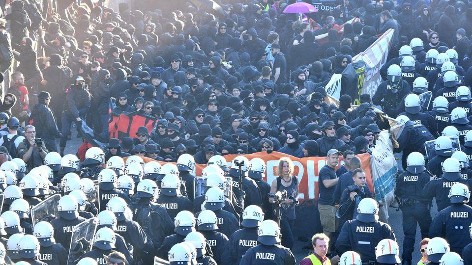 G20-Gipfel in Hamburg: Polizisten und Demonstranten des Schwarzen Blocks stehen sich gegenüber