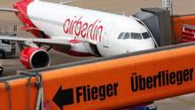 Ein Flugzeug der Fluggesellschaft Air Berlin steht auf dem Flughafen Berlin-Tegel am Finger einer Gangway.