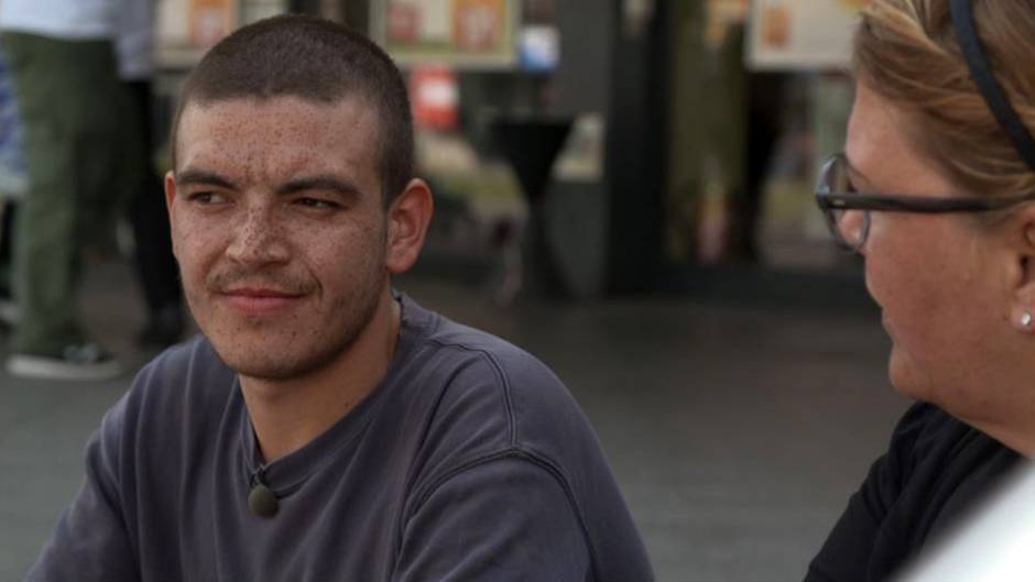 Ilka Bessin spricht mit Paul (26), der seit vier Jahren auf der Straße lebt.