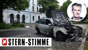 Ein ausgebranntes Auto vor dem Altonaer Rathaus