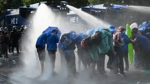 Die Polizei in Hamburg räumt eine Sitzblockade mit Wasserwerfern