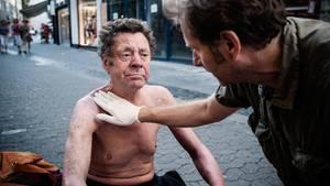 Die Fußgängerzone wird zur Arztpraxis: Trabert behandelt Herrn Dusas Haut