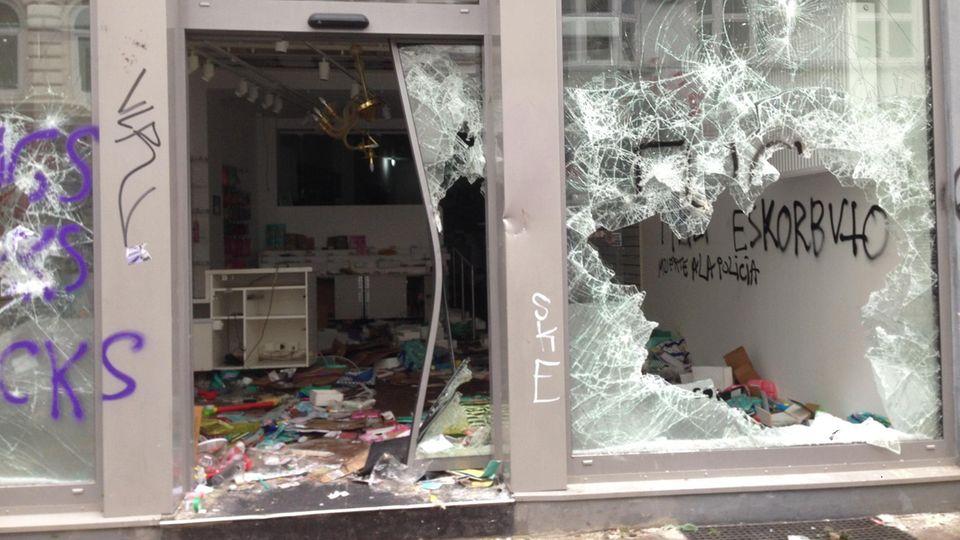 Die Hamburger Sternschanze am Morgen danach: Eine Spur der Zerstörung zieht sich durch das linke Viertel nach den G20-Krawallen