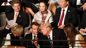 Emmanuel Macron und Donald Trump sitzen im G20-Konzert in der Elbphilharmonie nebeneinander. Nicht nur zu Beginn unterhalten sie sich angeregt. Auch während Beethovens neunter Symphonie beugen sie sich zueinander und tauschen sich aus.