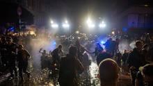 Polizeieinsatz in der Schanze: Mit Wasserwerfern geht sie auch am Samstagabend gegen Demosntranten vor.