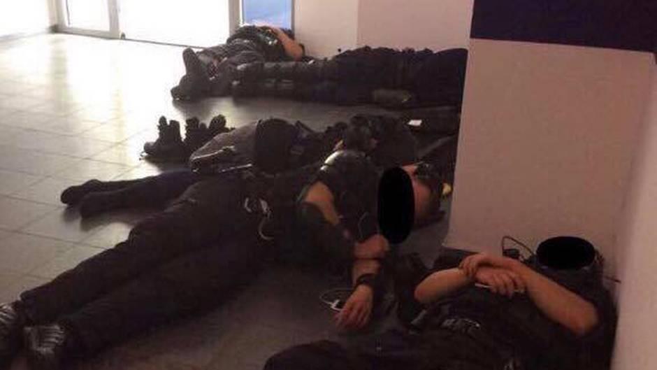 g20 gipfel wenn ersch pfte polizisten wie hunde auf dem nackten boden schlafen m ssen. Black Bedroom Furniture Sets. Home Design Ideas