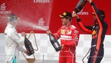 Sebastian Vettel mittendrin in der Jubeltraube: Der Ferrari-Pilot baut seinen Vorsprung in der Formel 1 aus