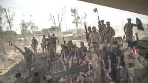 Irakische Soldaten feiern in der Altstadt von Mossul ihren Sieg