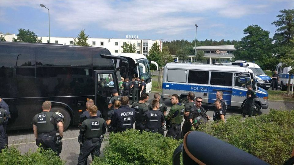 Polizisten kontrollieren an der Raststätte Stolper Heide Reisebusse