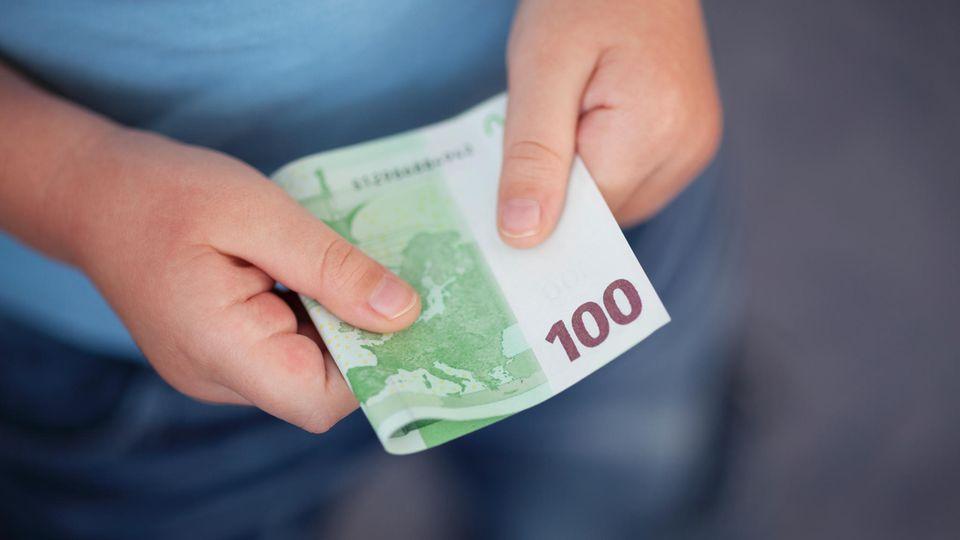 Ein 13-Jähriger hat in Bayern Geld an Passanten verschenkt - insgesamt über 4000 Euro (Symbolfoto)