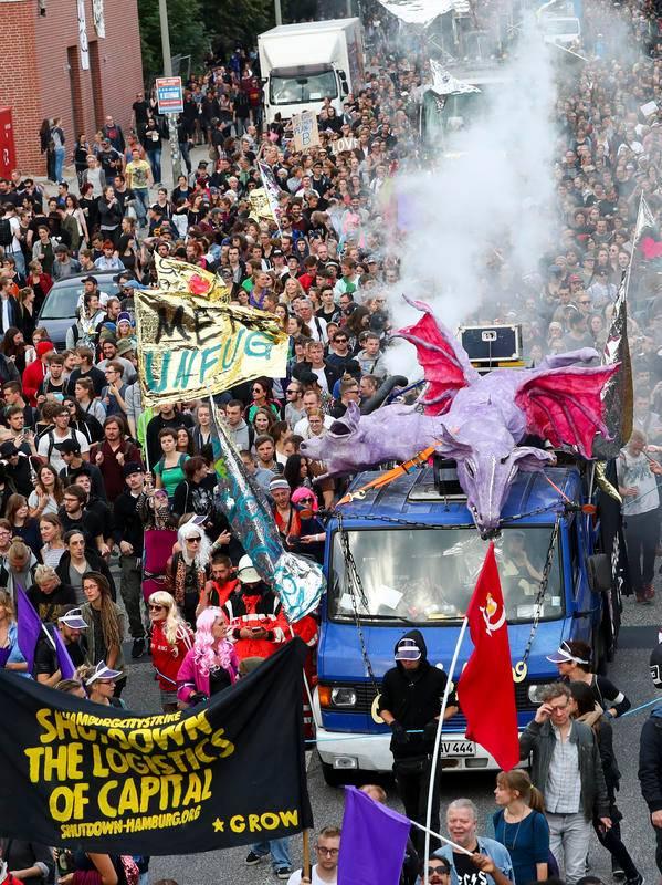 """Zur Nachttanzdemo """"Lieber tanz' ich als G20"""" gingen bis zu 20.000 Menschen auf die Straße"""
