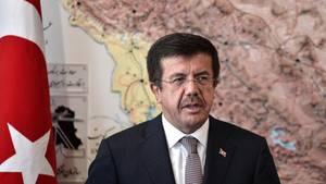 Nihat Zeybekci, Wirtschaftsminister der Türkei, während einer Pressekonferenz im Iran. Österreich versagte ihm den Auftritt.