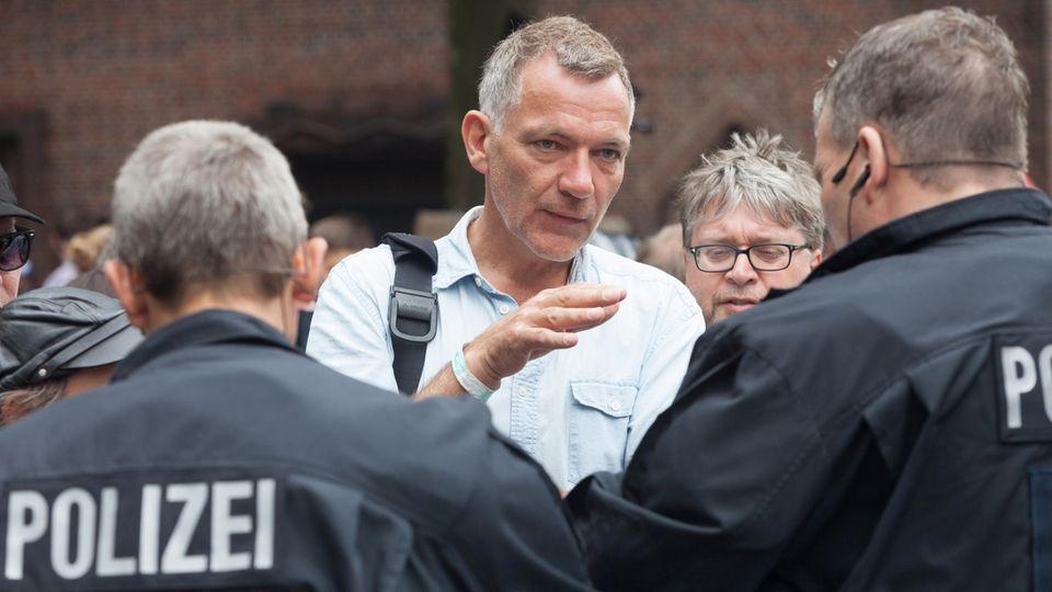 G20 Großdemo-Organisator Jan van Aken im Gespräch mit der Polizei