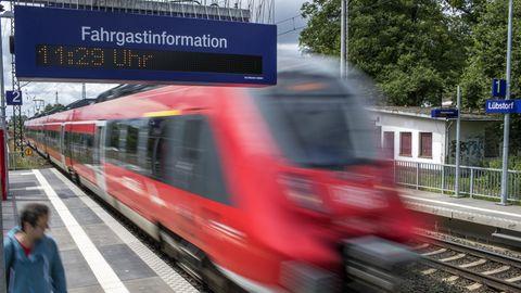 Betrunkener Lokführer in Nordrhein-Westfalen: Ein Zug fährt in einen Bahnhof ein (Symbolbild)
