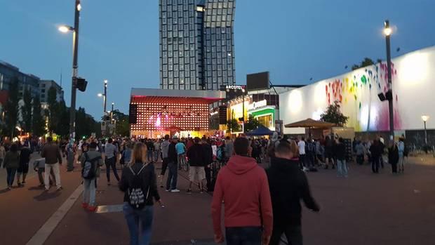 Laute Musik, aber Ruhe vor dem Hubschraubern - auf der Reeperbahn feierten Hunderte bei einem Konzert