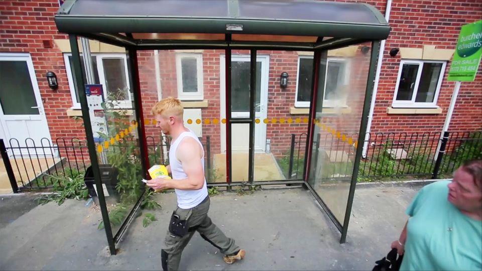 England: Stadt baut Bushaltestelle direkt vor eine Haustür - Behördenirrsin