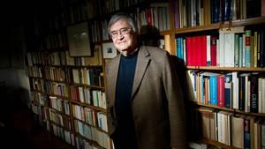 Autor Peter Härtling steht vor vollen Bücherregalen in seinem Haus in Walldorf, Hessen.