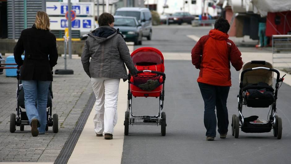 Kinderwagen-Streit eskaliert, mehrere Polizisten verletzt
