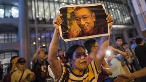 Protestierende in Hong Kong halten Bilder des verhafteten Menschenrechtsaktivisten Liu Xiaobo in die Höhe