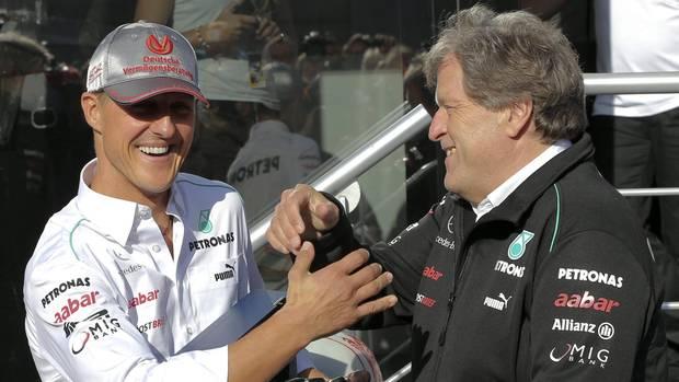 Michael Schumacher auf einem Archivfoto aus 2012 mit dem damaligen Mercedes-Motosportchef Norbert Haug