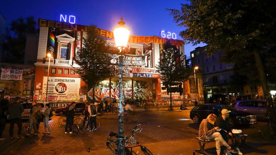 """Der Schriftzug """"No G20"""" leuchtet auf dem Dach des autonomen Kulturzentrum Rote Flora in Hamburg"""