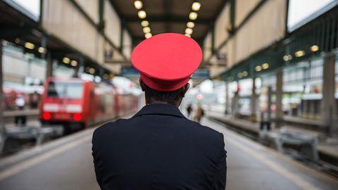 Ein Mitarbeiter der Deutschen Bahn am Hauptbahnhof in Stuttgart