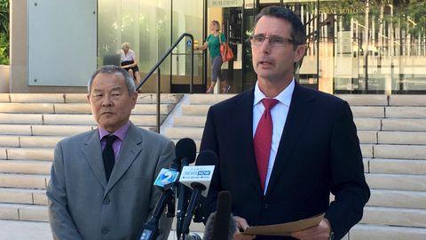 Paul Delacourt (r.), Leiter des FBI_Büros in Hawaii , und Staatsanwalt Elliot Enoki