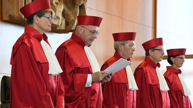 Die Richter der Bundesverfassungsgerichts in Karlsruhe verkünden das Urteil zum Tarifeinheitsgesetz