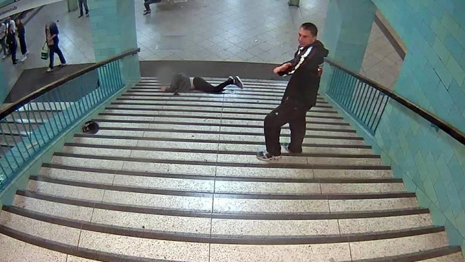 Unbekannter stößt Mann U-Bahn-Treppe hinunter