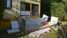 Ein abgebrochener Balkon liegt vor einem Wohnhaus in Nußloch. Bei dem Unfall wurden ein 33-jähriger Mann und sein Sohn verletzt.