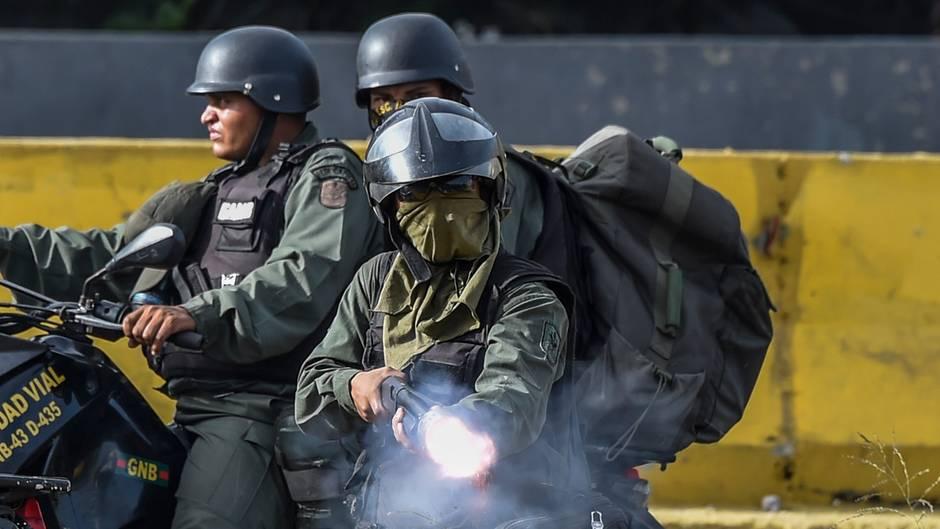Venezuelas Sicherheitskräfte im Kampf gegen die Aktivisten während der Proteste gegen Maduro