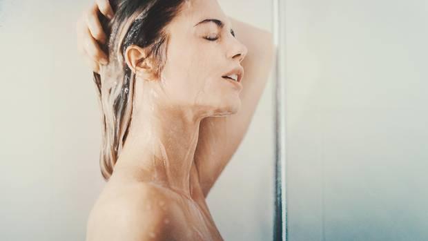 Tipp 1: Richtig duschen  Tägliches Duschen spült Fette aus der Haut, trocknet sie aus und macht sie anfälliger für die Besiedlung mit krankmachenden Keimen.  Wer auf die tägliche Dusche nicht verzichten kann, sollte statt Seife und Duschgel besser zu einem Duschöl greifen. Es wirkt rückfettend. Empfindliche Bereiche wie der Intimbereich sollten am besten nur mit lauwarmem Wasser gereinigt werden.