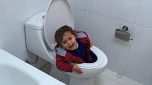 Ein Kind steckt in der Toilette fest