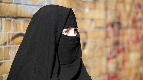 Europäischer Gerichtshof urteilt über Verschleierungsverbot: Eine Frau bedeckt ihr Gesicht mit einem Nikab (Symbolbild)