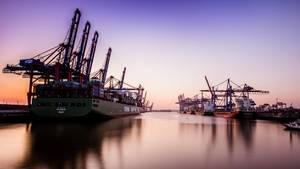 """""""Hamburgs Hafen hat eine besondere Bedeutung für mich: Ich bin extra in den Norden gezogen, um Schiffbau zu studieren. Der Hafen ist ein Ort, der trotz all seiner Hektik gleichzeitig viel Ruhe ausstrahlt.""""      Mehr Fotos vonMaikiBuin derVIEW Fotocommunity      Aktionen und Informationen aus der VIEW Fotocommunity aufFacebookoderTwitter"""