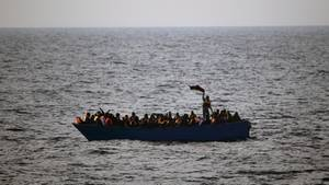 Bootsflüchtlinge rufen auf dem Mittelmeer um Hilfe