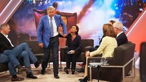 CDU-Politiker Wolfgang Bosbach ist schon aus der Talkrunde aufgestanden, Moderatorin Sandra Maischberger will ihn festhalten
