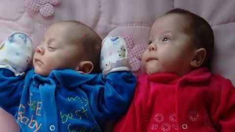 Die Zwillinge Asaph (l.) und Anna